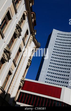 Antiguo y moderno edificio en el centro de Leipzig, estado de Sajonia Alemania Oriental