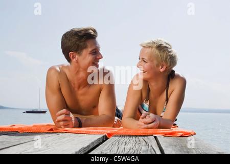 Alemania, Baviera, Ammersee, pareja joven acostado en jetty