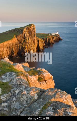 Neist Point y faro de luz del atardecer, la Isla de Skye, Escocia, Gran Bretaña. Foto de stock