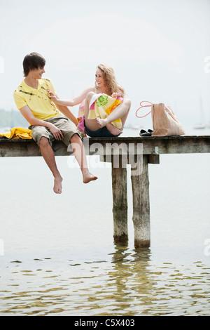 Alemania, Baviera, Ammersee,pareja joven de embarcadero, Retrato