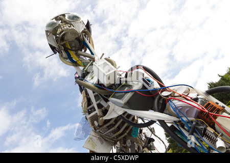 Escultura gigante hecha de todos los residuos de aparatos eléctricos y electrónicos