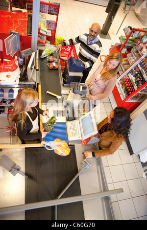 Un alto ángulo de visualización de dependienta con el cliente en el supermercado