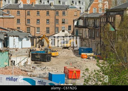 Se están demoliendo edificios antiguos en el lugar de construcción del edificio en el Centro de la ciudad York North Yorkshire Inglaterra Reino Unido GB Gran Bretaña