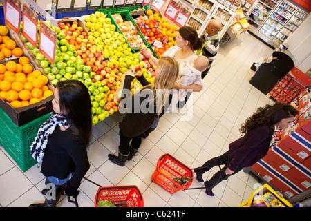 Un alto ángulo de visualización de la gente ocupada de compras en el supermercado