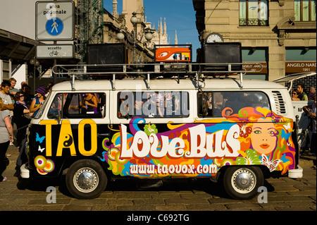 Volkswagen hippie camioneta estacionada en Milán