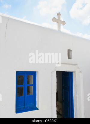 En Grecia, en las islas Cícladas, Mykonos, la Iglesia con la cruz en el techo