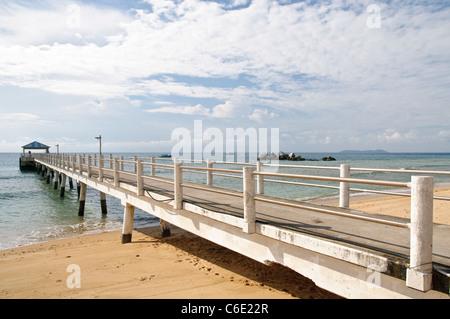 Un muelle en la playa de Paya, la isla de Pulau Tioman, Malasia, Sudeste Asiático, Asia Foto de stock