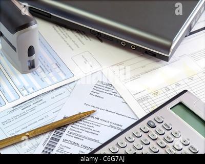 Las herramientas contables y facturas en la mesa.