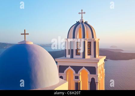 Campanarios de Iglesia Ortodoxa con vistas a la caldera de Fira, Santorini (Thira), Islas Cícladas, del mar Egeo, Grecia, Europa
