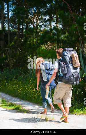 Una joven pareja, excursionistas, mochileros, Northland, Isla del Norte, Nueva Zelanda