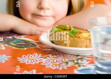 Niña preparándose para comer snack