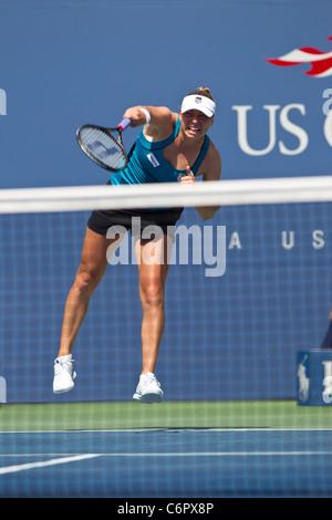 Vera Zvonareva (RUS) compitiendo en el 2011 el US Open de tenis.