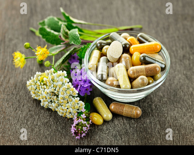 Las hierbas con medicina alternativa suplementos herbales y píldoras