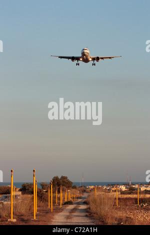 Vista frontal del avión de pasajeros Airbus A319 en la trayectoria de vuelo de avión para el aterrizaje