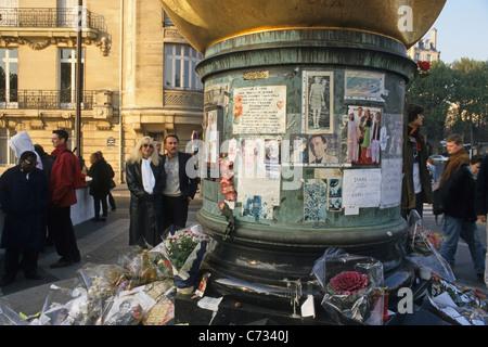 La gente en el lugar conmemorativo de La Flamme Liberte, Pont de l'Alma, 8. Arrondissement, París, Francia, Europa