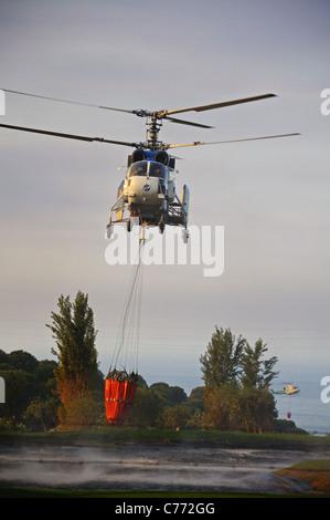 Kamov Ka-32A11BC helicóptero recogiendo agua, Cabopino Golf, Costa del Sol, Málaga, Andalucía, España, Europa Occidental.
