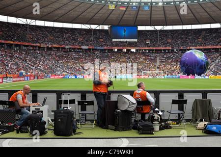 Los fotógrafos en las posiciones de disparo en el Estadio Olímpico de Berlín antes del partido inaugural de la Copa Mundial Femenina 2011 soccer