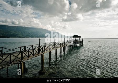 Muelle de Panuba Inn Resort sobre la playa de la isla de Pulau Tioman, Panuba, Malasia, Sudeste Asiático, Asia Foto de stock
