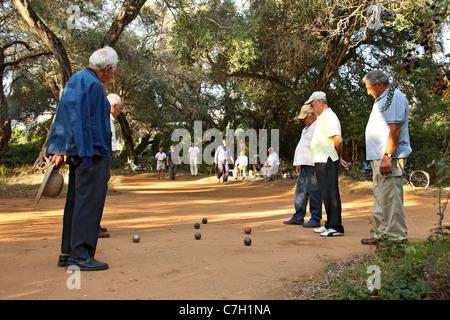 Un grupo de antiguos caballeros jugando un juego tradicional con bolas metálicas llamado 'Abali', Preveza ciudad, Epiro, Grecia Foto de stock
