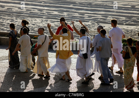 Calle de cantar el Hare Krishna por Harinamas junto Herbert Samuel promenade en la ribera del Mediterráneo de Tel Aviv, Israel
