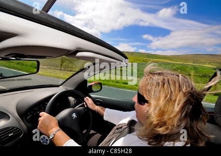 Open top Deportes coche conducido por mujeres en open country road
