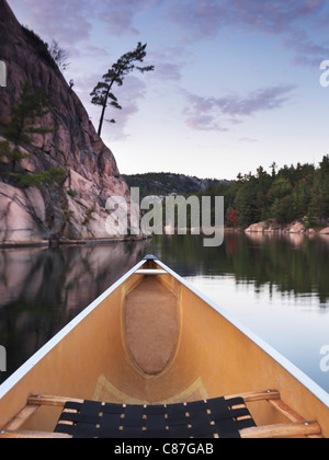 Canotaje en el lago George en el otoño. Killarney Provincial Park, Ontario, Canadá. Foto de stock