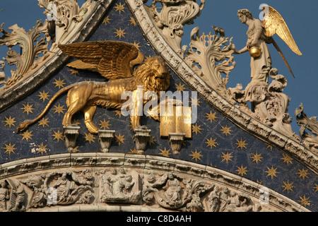 El león de San Marcos, por encima de la puerta principal de la Basílica de San Marcos en la Plaza de San Marcos en Venecia, Italia.