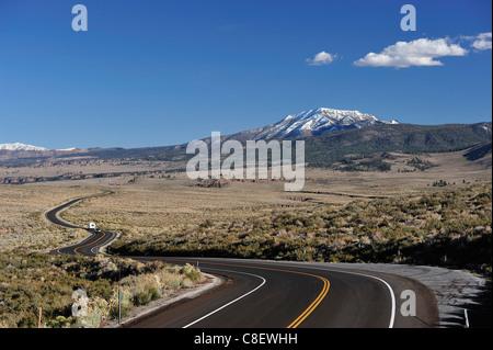 RV, Camper, conducción, RV, Road, cerca de Benton, Sierra Nevada, montañas, California, USA, Estados Unidos, América,