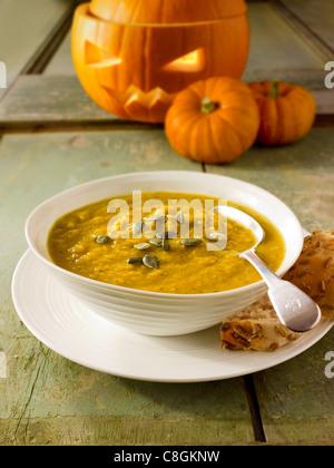 Y Bacon sopa de calabaza con una tradicional Haloween calabaza con un rostro tallado