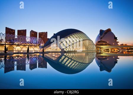 España, Europa, Valencia, Ciudad de las Artes y las Ciencias, Calatrava, la arquitectura moderna, hemisférico, Palacio de las artes, por la tarde, el agua