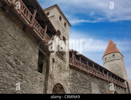 Fortificación medieval muralla y torres en el casco antiguo de Tallinn, Estonia. Foto de stock