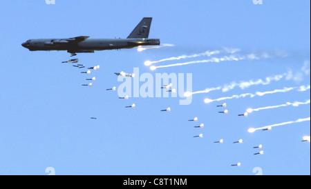 NELLIS BASE DE LA FUERZA AÉREA, Nevada -- A B-52 Stratofortress de la base de la Fuerza Aérea de Barksdale, la., deja en marcha la artillería sobre el Nevada Test and Training Range cerca de aquí el 12 de mayo durante una manifestación de la fuerza de fuego de la Fuerza Aérea. La demostración muestra las capacidades aéreas y espaciales de la Fuerza Aérea.