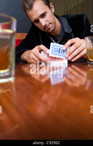 Hombre barajar cartas en bares