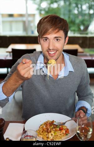 Hombre comiendo en el restaurante pasta