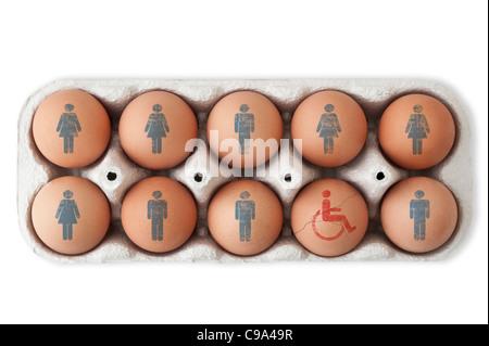 Caja de huevos. Símbolos masculinos y femeninos en nueve de ellos y un huevo agrietado con un símbolo para discapacitados. Foto de stock