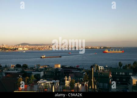 Los petroleros rojo sobre el bósforo Taksim, Estambul, Turquía, 03 de octubre de 2011