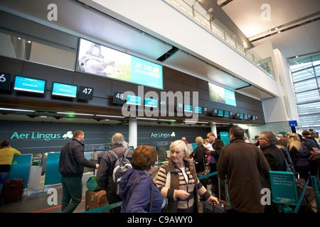 Los pasajeros se ponen en cola en el Aer lingus mostradores de la terminal 2 del aeropuerto internacional de Dublín, República de Irlanda