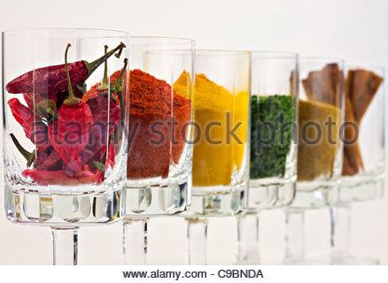 Selección de especias en vidrios contra el fondo blanco. Foto de stock