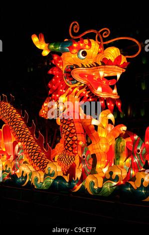 Singapur, linterna de dragón chino a mediados de otoño, se celebra el festival de la cosecha por la iluminación linternas y comer mooncakes.