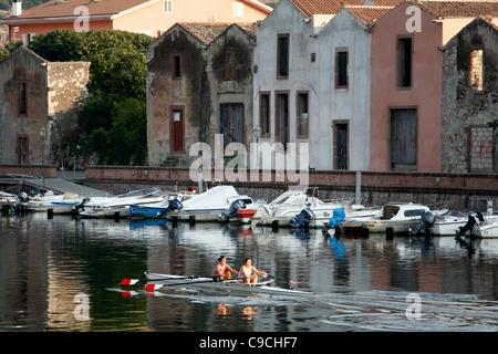 Cannoing sobre el río Temo, Bosa, Cerdeña, Italia.