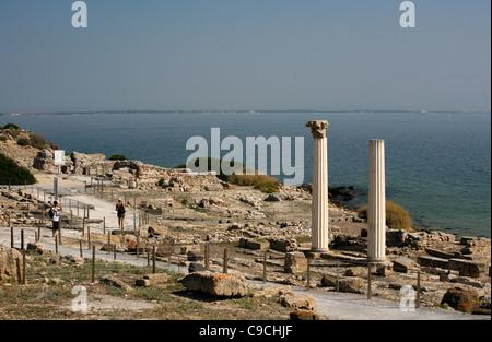 Vistas a las ruinas de Tharros y las columnas de Tempio Tetrastilo, península de Sinis, Cerdeña, Italia.