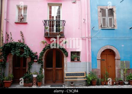 Detalle de las casas en el centro de la ciudad vieja, Bosa, Cerdeña, Italia.
