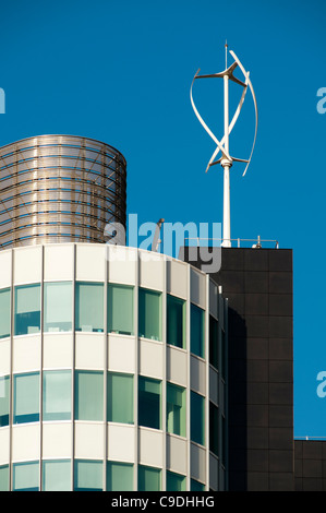Aerogenerador helicoidal sobre el techo de una torre de oficinas en el barrio verde, en Manchester, Inglaterra, Reino Unido.