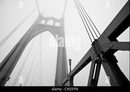El 6 de diciembre, 2011 - Portland, Oregon, Estados Unidos - una densa niebla envuelve el Puente de St. Johns en Portland, Oregon. (Crédito de la Imagen: © Jim Z. Rider/ZUMAPRESS.com)