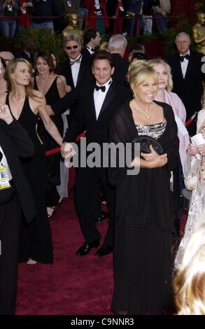 Feb 29, 2004; Hollywood, CA, EE.UU.; Oscar en 2004. El actor y director Sean Penn, llegando en la 76ª anual de los Premios de la academia en el Kodak Theatre de Hollywood. (Crédito de la imagen: Paul Fenton/ZUMAPRESS.com)
