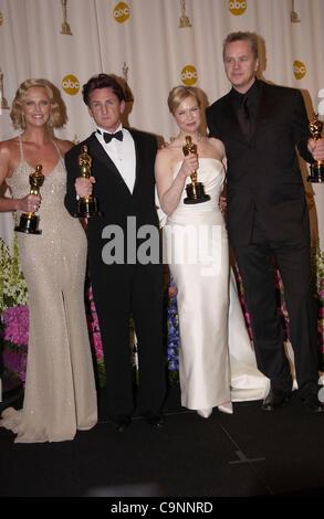 """Feb 29, 2004; Hollywood, CA, EE.UU.; Oscar 2004: Actriz CHARLIZE THERON ganador del galardón de mejor actriz por 'Monster' Sean Penn, ganador de mejor actor en """"río"""" mística con Renee Zellweger ganador del galardón de mejor actriz de reparto en 'Cold Mountain' y TIM ROBBINS en la sala de prensa en la 76ª Anual de los Premios de la Academia"""