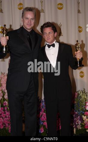 """Feb 29, 2004; Hollywood, CA, EE.UU.; Oscars 2004: Los actores Sean Penn, ganador de mejor actor en """"Río mística"""" con TIM ROBBINS en la sala de prensa en la 76ª Anual de los Premios de la academia celebrada en el Kodak Theatre de Hollywood. (Crédito de la imagen: Paul Fenton/ZUMAPRESS.com)"""