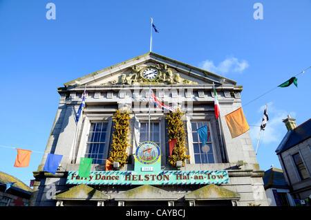 El Guildhall en Helston en Cornwal, UK, decorada por las ciudades Flora anual día de celebraciones, el 8 de mayo de 2012. Flora Helston Día es una de las más antiguas costumbres sobrevivientes pueden celebrar el fin del invierno.