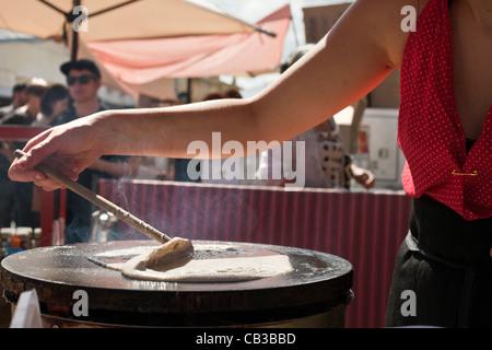 High Noon es un festival comunitario local Northcote Music Fest en Melbourne, Australia, preparar la comida en la calle crepes.