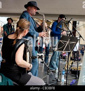 High Noon es un festival comunitario local Northcote Music Fest en Melbourne, Australia, banda tocando en el escenario